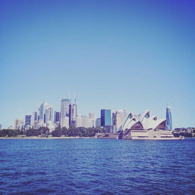 """Dneska tu máme Australia Day.🇦🇺 Něco jako naše První republika, akorát že tady neslaví nezávislost předáváním vyznamenání, ale vylodění první kolonizační flotily grilováním klobás na pláži.😆 Já to sice letos poprvé zažívám jako australská občanka, ale stejně je to pro mě jako pro čistou naplaveninu furt takový divný. On je tady totiž tenhle svátek kvůli osudu původních obyvatel, Aboridžinců a Torres Islanders dost kontroverzní. Já bych s tím dřív jakožto antropoložka byla rychle hotová. Kam vkročí bílej člověk, tam 100 let tráva neroste. Ale pak jsem rozečetla fakt fascinující knihu o australský historii a už v tom zas tak jasno nemám. Každopádně celý to furt pozoruju tak trochu z dálky a říkám si, jak má každej národ něco. My Češi máme ty svoje křivdy malýho a neustále někým utlačovanýho území a Britové se svýma potomka po celým světě zase ten všudypřítomnej pocit viny, že vlezli někam, kam možná neměli. Mně vlastně dává smysl obojí, pokud se tím člověk nesebemrská jako nějakým původním hříchem, kterej stejně nemůže ovlivnit (což teď v rámci aktivistický agitace vidím na sítích všude. Takový to, """"celá moje rasa je evil, včetně mě, protože můj pra pra praděda někoho v 18.století vykořistil), ale pokud mu to pomáhá uchopit vlastní historii a s tím i identitu. S dobrým i špatným. If you know what I mean.😆 No nic, konec mudrování, jdu na tu klobásu.🌭 #australiaday #australie"""
